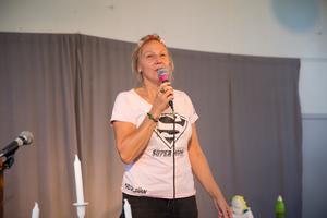 From Järna With love insamlingsgala i Gula villan och  Yvonne Perkins på scen.