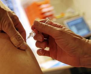 Vaccinering garanterar inte att man slipper influensan, men många som vaccinerat sig och ändå får influensa blir lindrigare sjuka.