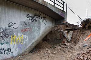 Stora delar av banvallen har rasat.