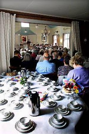 Foto: GUN WIGH Jubileum. Mängder av extrastolar fick användas för att ge sittplats åt alla gudstjänstdeltagare när Utvalnäs församlingsgård fyllde 90 år igår. Efteråt väntade kyrkkaffe. -Vi har ställt fram 120 kaffekoppar, säger kyrkvärd Ethel Dahlström.