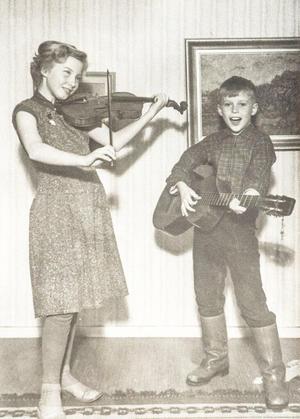 Helen Lyrefelt Grönberg spelar här tillsammans med lillebror. Foto: Privat