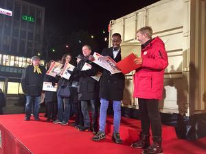 Glada vinnare på scen. 34 vinnare delade på en miljon, men en liten utvald skara postkodvinnare delade på den andra miljonen, som delades ut i guldkuvert av Postkodlotteriets vinstutdelare Jesper Blomqvist.