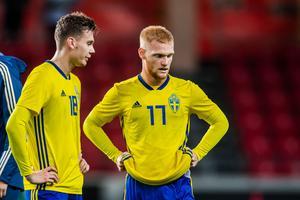 Jake Larsson och Nils Fröling deppar under förlustmatchen mot Irland i Kalmar. Foto: Suvad Mrkonjic/BILDBYRÅN
