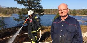 Göran Schylander bor i närheten och började släcka själv med hinkar.