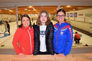 Alma Jonsson tillhör dagens juniorgeneration med goda framtidsutsikter i Sundsvall Curling. Här flankeras Alm av sina tränare Josefin Wänglund och Maria Carlsén, båda med i Sundsvalls tidigare mycket lovande damjuniorlag.