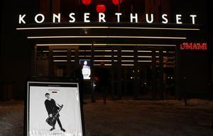Trettio år efter första, och enda, skivan är artisten Jakob Hellman ute på jubileumsturné. På fredagskvällen spelade han i Örebro konserthus.