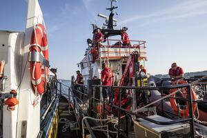 Bogsering av den mer än dubbelt så stora finska båten.