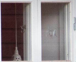 I ett av fönstren syntes ett tydlig hål. Polisen har inte bekräftat att en skottlossning ägt rum.