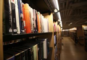 Bokhyllor i Södertäljes stadsbibliotek i Lunahuset.