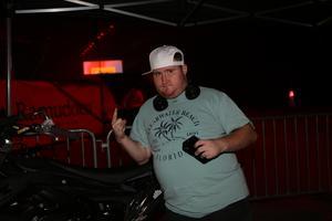 Linus Olsson är rejält taggad inför showen och låter sig bara fotoas framför motocrossarna som är hans favorit inför eventet.