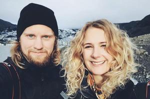Mathias Eriksson och Emeli Nilsson har bosatt sig i Funäsdalen där de finner inspiration varje dag till sitt nystartade företag Fjelltopp. Foto: Fjelltopp