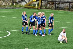 Johanna Byström (längst till vänster) har gjort sitt tredje och Domsjös sjätte mål mot Selånger.
