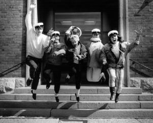 1987. Eric Mebius, Håkan Mårtensson, Anita Evaldsson, Brita Gröttheim och Kattis Håkansson poserar för ÖP:s fotograf 1987. På den gamla tiden var det inte tillåtet att bära studentmössa innan man avlagt examen.