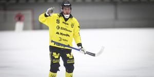 Pontus Blomberg testades som back i World cup och han är missnöjd med att Vetlanda fortsatt inte har satt hur man ska formera laget i vinter.