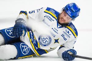 LIF-forwarden Linus Persson åkte på en otäck smäll, men det såg mer allvarligt ut än vad det var, för han kunde fullfölja matchen. Foto: Daniel Eriksson/Bildbyrån.
