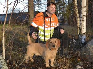 Foto: Privat.Anders Wiklund, tillsammans med Lance, gläds över att efter 16 års protester nu Falu kommun utlovar att en viltvårdsplan ska tas fram.