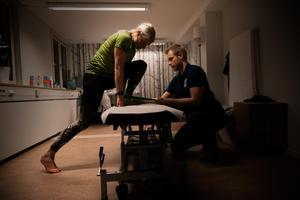 Triathlonstjärnan Emma Graaf flyttade till Falun för två år sedan men numera bor i Ludvika. Hon är en av kunderna på den nya kliniken i Falun. På bilden hjälper Johan Kvarnström, sjukgymnast och ansvarig på Access Rehab i Falun, henne med en övning.