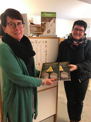 Boken smakarv är en fantastisk bok och används som underlag vid promenaderna. Här får Birgitta Froms-Andersson, ansvarig för friksvården boken av Ellinor Lundström från Vuxenskolan.