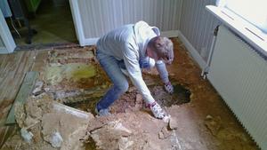 Alla golv i undervåningen var ruttna. Det slutade med att hela huset fick hissas upp för att stockarna i ytterväggen skulle kunna bytas.