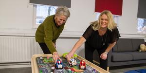 Familjecentralen är ett samarbete mellan Köpings kommun och Region Västmanland. Officiella invigningen är den 15 januari, Öppet hus den 17 januari. Här testar Marita Rosendahl och Ulrica Söder den nyinköpta bilbanan.
