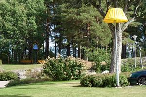 Färgglada lampskärmar pryder nu lyktor och gatljus på Pettersberg. Foto: Karen Froede