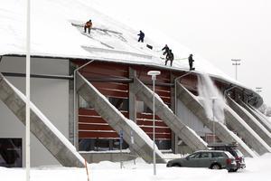I februari 2010 skedde en snöröjning på Göransson Arena, där taket fått skador.