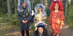 Välkommen till oss i skogen! Välj hur skrämd du vill bli - ta sagostigen, trollstigen eller spökstigen...