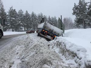 Lastbilen gled ner med släpet i diket och det är tills vidare trångt för andra bilar att ta sig förbi i ena körfältet.
