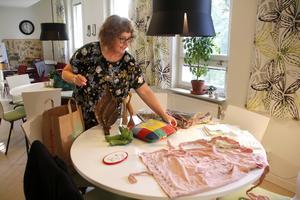 Mälle Zeilon Lagerkvist jobbar på Mötesplatsen i Tärnsjö och Östervåla, en öppen verksamhet för pensionärer. Här har hon dock i Hebys motsvarighet dukat upp de alster hon hittills fått in till samlingen.