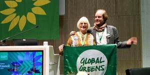 Eva Goës, Härnösand, och Josef Šmída, Tjeckien, vid Europeiska gröna partiets kongress i Tammerfors.