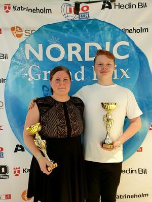 Prisutdelning vid nordiska mästerskapen i bugg. Emil Kvicker och Tina Bing på pallen i Katrineholm.