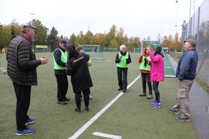 Linda Nyberg delar ut vätska i pausen. Foto: Bengt Agemark