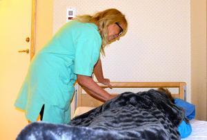Efter att dagsjuksköterskan har gått för dagen tittar Åsa Nyberg till en åldring på ett av stans äldreboenden.
