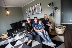Jennie Häggström och Erik Larserud tillsammans med barnen Lucas och Siri trivs i huset som flyttades från Solberg till Västerhusänget.