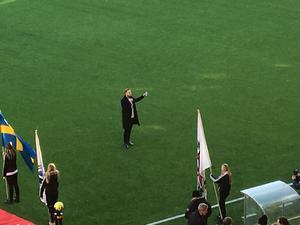 Alexander Nätterlund framförde sin ÖSK-hymn Elden inuti samtidigt som lagen tågade in på planen till avspark.