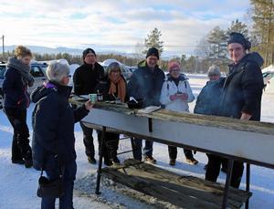 Det var full fart på grillen där Manne Bäckman bjöd på hamburgare från Nybo gård.