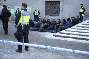 Ett 40-tal nazister från Nordiska motståndsrörelsen frihetsberövades i januari 2016 i samband med att en demonstration urartade på Medborgarplatsen i Stockholm.  Arkivfoto: Jessica Gow / TT