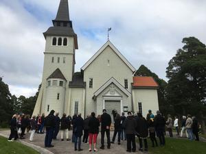 Stig Thuresson gav en övergripande information på trappen av den 112-åriga vackra kyrkan i Bomhus, inför den guidade turen. Foto: Helena Akne