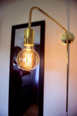 Mässingslampan sprider ett varmt sken i Victors rum.