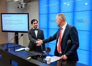 Lagrådet sågar totalt det förslag till vinstbegränsningar i välfärdsföretag som Ardalan Shekarabi (S) och Jonas Sjöstedt (V) presenterade för några veckor sedan. Kritiken är helt riktig. Det är pinsamt att Sverige har en regering som lägger fram så illa genomarbetade förslag. Foto: Anders Wiklund, TT