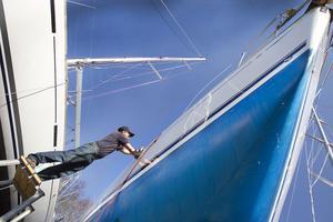 Ola Sundh vaxar sin sju år gamla segelbåt, Jeanneau. För båtägare är skutan vad sommarstugan är för många andra.
