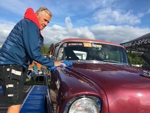 Peter Eriksson från Heby putsade sin blänkande  tävlingsbil innan starten.