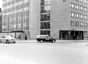 Polishuset vid Stortorget i Örebro. Numera används lokalerna av Länsstyrelsen. 1960-talet. Fotograf: Okänd