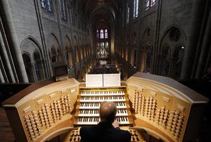 Arkivbild från orgelläktaren i Notre-Dame. Katedralens huvudorgel tycks ha klarat sig bra i branden. Den är byggd på 1860-talet och har 105 stämmor i fem manualer.  Arkivfoto: Christophe Ena/AP-TT