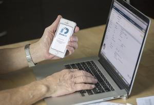 I dag betalar många räkningarna digitalt på nätet med hjälp av bank-id.Foto: Fredrik Sandberg / TT
