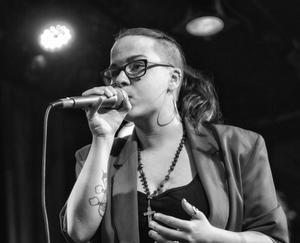 Moa Blücher är den enda kvinnliga artisten på Dala Blues Fest, och en av  Clas Yngströms absoluta favoriter bland Sveriges yngre bluesartister. FOTO: Privat