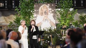 Ann-Louise Hanson och Siw Malmkvist sjunger under minnesgudstjänsten för Lill-Babs den 27 maj 2018. Bild: Fredrik Sandberg /TT