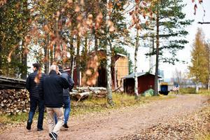 Folk på vandring för att se när S/S Tomten återvände till byn.