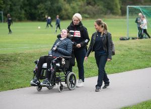Anna Kretz sitter i rullstol och behöver omsorg dygnet runt efter att ha fått TBE av ett fästingbett. Foto: Fredrik Sandberg / TT