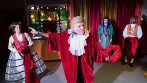 Föreställningen tar bland annat upp dagsaktuella personligheter. Fotograf: Per Eriksson